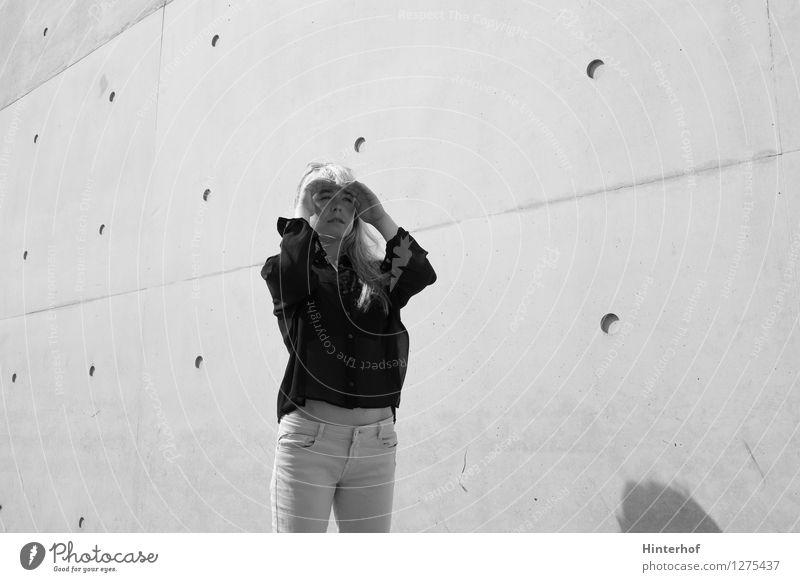 Junge Frau schaut in die Ferne Lifestyle feminin Jugendliche 18-30 Jahre Erwachsene Architektur Mauer Wand Beton Blick Fröhlichkeit Originalität Stadt grau