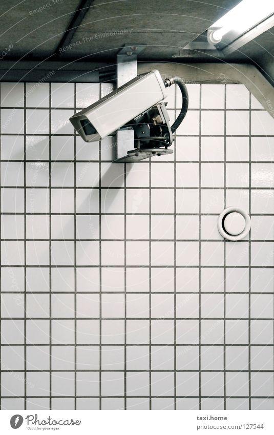 Watching you weiß Stadt Einsamkeit kalt Freiheit Angst Beton leer Macht Technik & Technologie Telekommunikation Fernsehen Fotokamera Fliesen u. Kacheln Gewalt U-Bahn