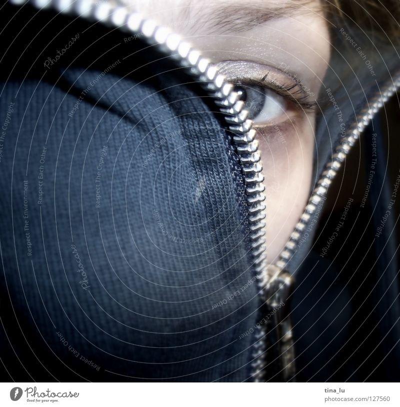 zip Frau Mensch Mädchen blau Gesicht Auge Gefühle grau geschlossen offen nah Maske geheimnisvoll entdecken Jacke verstecken