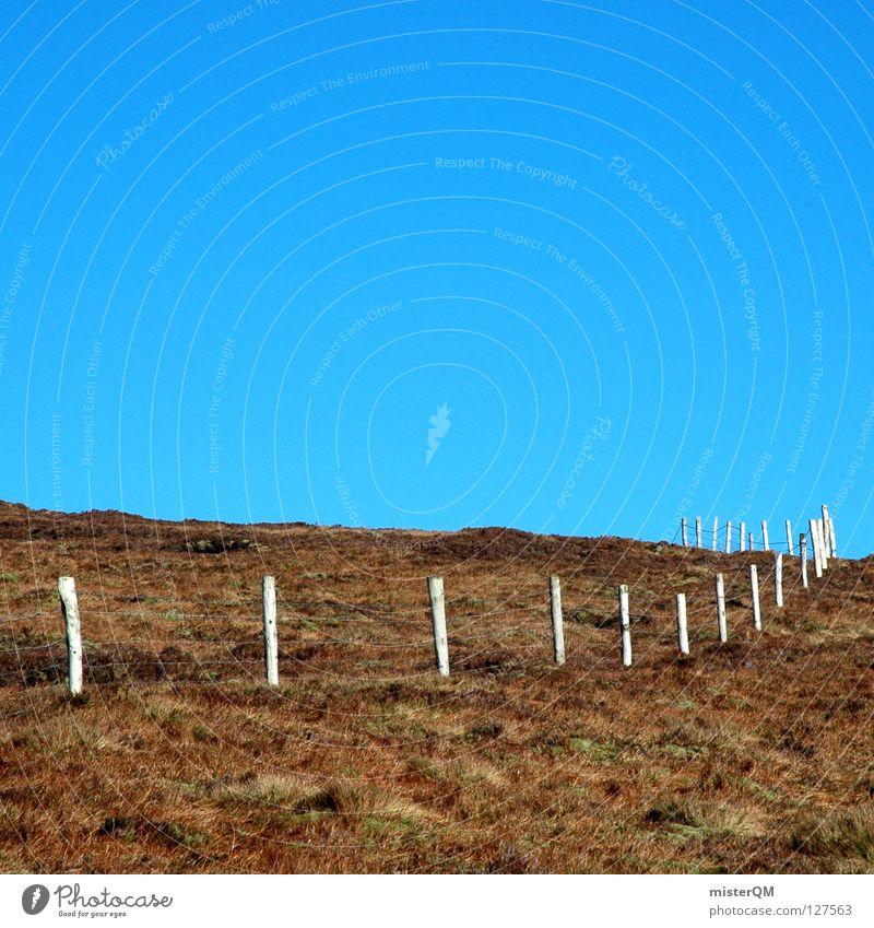 Ende im Gelände. II Himmel blau Sommer Berge u. Gebirge Wiese Gras Gebäude Mauer Holz braun oben Horizont Perspektive hoch gefährlich Ausflug
