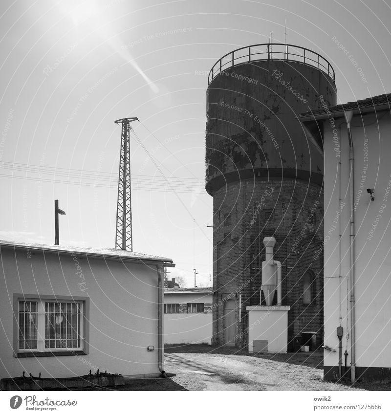 Alter Bahnhof alt Haus Architektur Gebäude Energiewirtschaft Technik & Technologie historisch Kabel Bauwerk Strommast Bahnhof Industrielandschaft Wasserturm Halbtotale