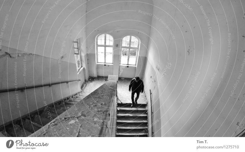 Krankenhaus Brandenburg Stadtrand Altstadt Haus Ruine Bauwerk Treppe Fenster Dienstleistungsgewerbe Verfall Mann Schwarzweißfoto Innenaufnahme Tag