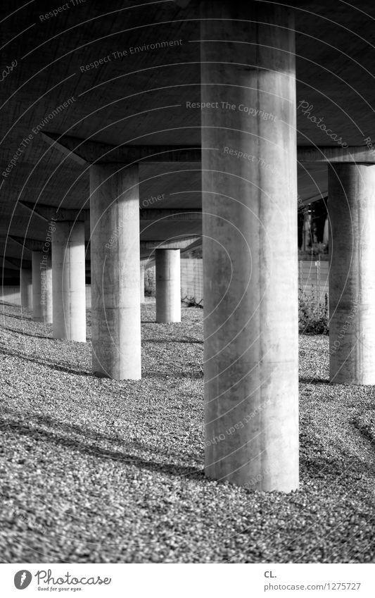 pfeiler Brücke Bauwerk Architektur Kies Säule Stein groß Perspektive Stabilität Schwarzweißfoto Außenaufnahme Menschenleer Tag Licht Schatten
