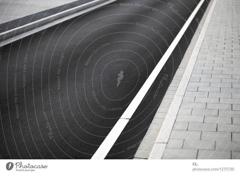 /// Verkehr Verkehrswege Straßenverkehr Wege & Pfade Linie Streifen Perspektive Ziel Zukunft Schwarzweißfoto Außenaufnahme abstrakt Menschenleer Tag