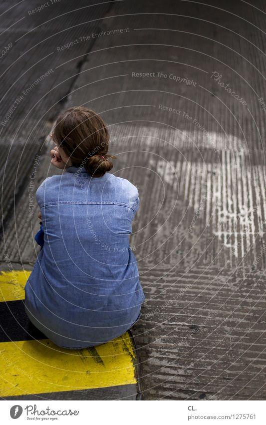 im parkhaus Mensch Frau blau Erwachsene gelb Leben Straße Wege & Pfade feminin grau Verkehr Schilder & Markierungen sitzen warten beobachten Boden