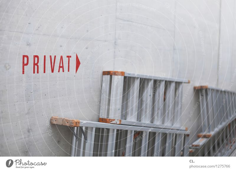 privat rot Wand Mauer grau Schriftzeichen Hinweisschild Baustelle Leiter Warnschild