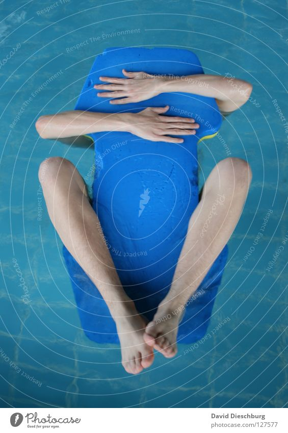 My new best friend Schwimmen & Baden Schwimmbad Wasseroberfläche Im Wasser treiben Schwimmhilfe Männerarm Männerbein 1 Mensch einzeln anonym unerkannt