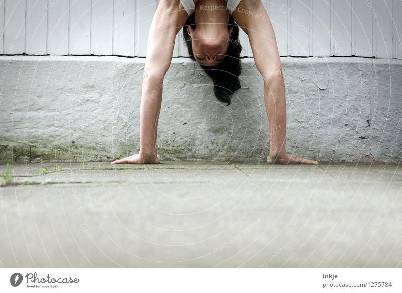 Immer an der Wand lang. Mensch Frau Erwachsene Leben Gefühle Sport außergewöhnlich Kopf Kraft Erfolg Arme Kreativität Fitness sportlich stark machen