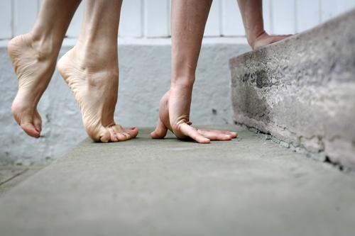 ? Lifestyle Freizeit & Hobby Frau Erwachsene Leben Hand Fuß Frauenfuß auf allen vieren 1 Mensch Treppe gehen hocken krabbeln außergewöhnlich sportlich Gefühle