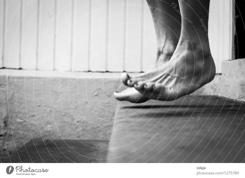 ungeduldig Mensch Frau Sommer Erwachsene Leben Gefühle Lifestyle Stimmung Fuß springen Freizeit & Hobby Treppe Barfuß Nervosität gestikulieren Aufregung
