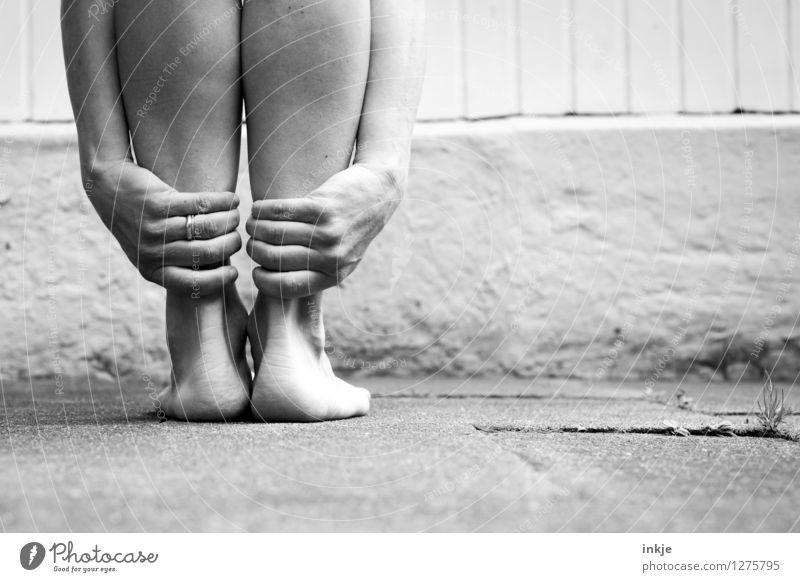 Füße stillhalten Lifestyle Freizeit & Hobby Frau Erwachsene Leben Hand Fuß Frauenhand Frauenfuß 1 Mensch festhalten Sport stehen warten außergewöhnlich Gefühle