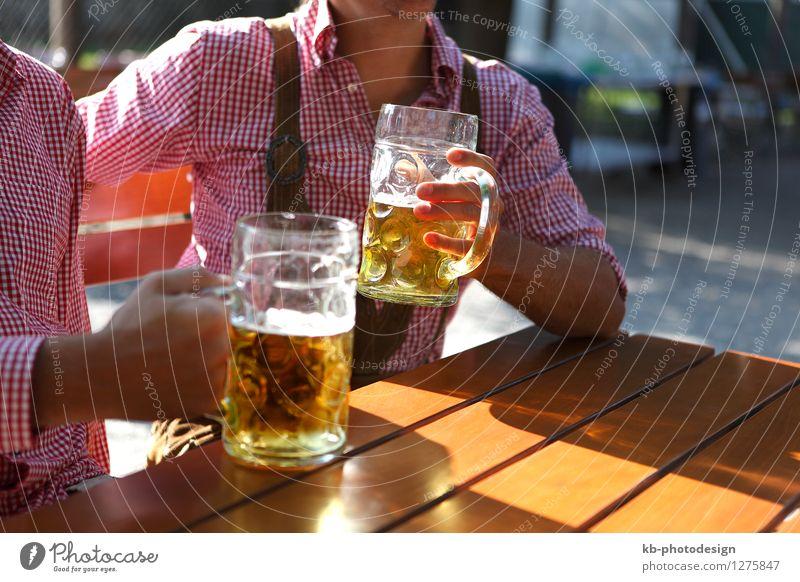 Two men sitting in a beer garden in Bavaria Mensch schön Sommer Hand Erwachsene Party Freundschaft maskulin Tourismus Getränk trinken Bier Bayern Alkohol Feierabend Oktoberfest