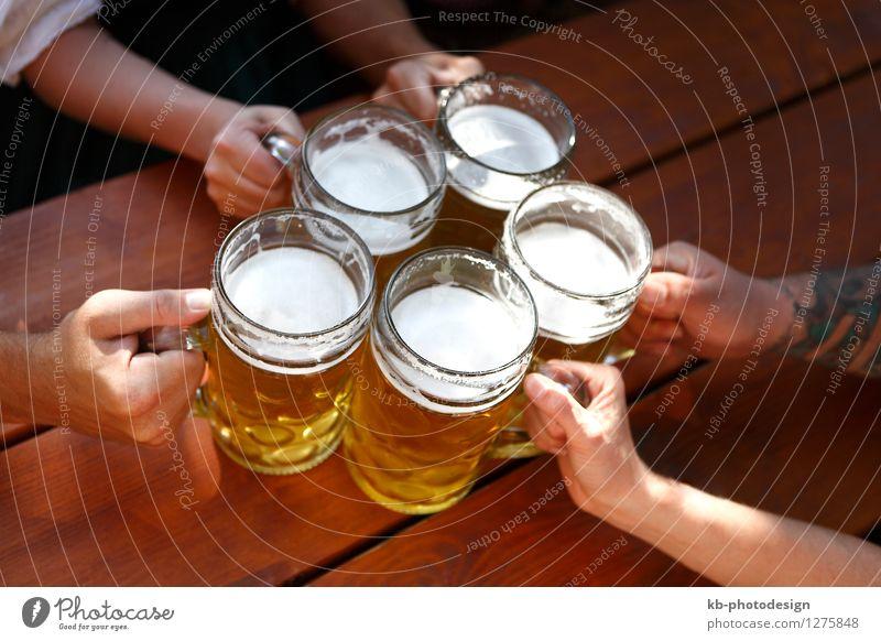 People drinking beer in a Bavarian beer garden schön Hand Familie & Verwandtschaft Feste & Feiern Party Deutschland Getränk trinken München Feierabend