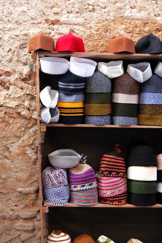 Small hat shop in the Medina of Fes, Morocco Ferien & Urlaub & Reisen Tourismus Musik Mütze Tradition Hut Sommerurlaub Kopftuch Sale Casablanca