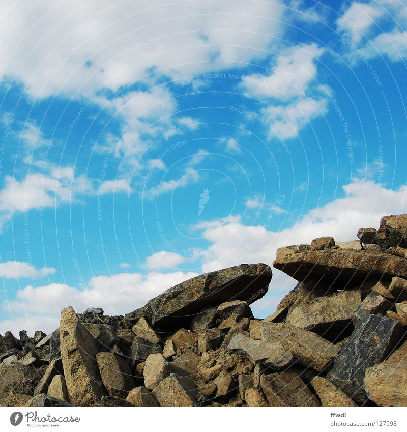 Geröllhalde Himmel blau Wolken Berge u. Gebirge Stein Felsen verfallen gebrochen Zerstörung Haufen Mineralien Bauschutt Müll Graben Steinbruch