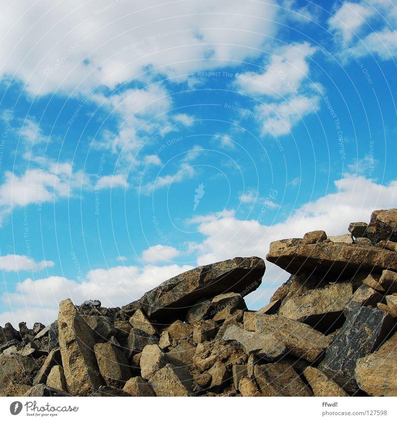 Geröllhalde Himmel blau Wolken Berge u. Gebirge Stein Felsen verfallen gebrochen Zerstörung Haufen Mineralien Bauschutt Müll Geröll Graben Steinbruch