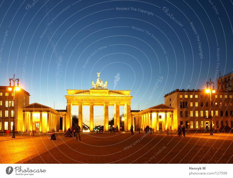 Tribut to Berlin Stadt Berlin Nacht Denkmal Wahrzeichen Hauptstadt Nachtaufnahme Brandenburger Tor
