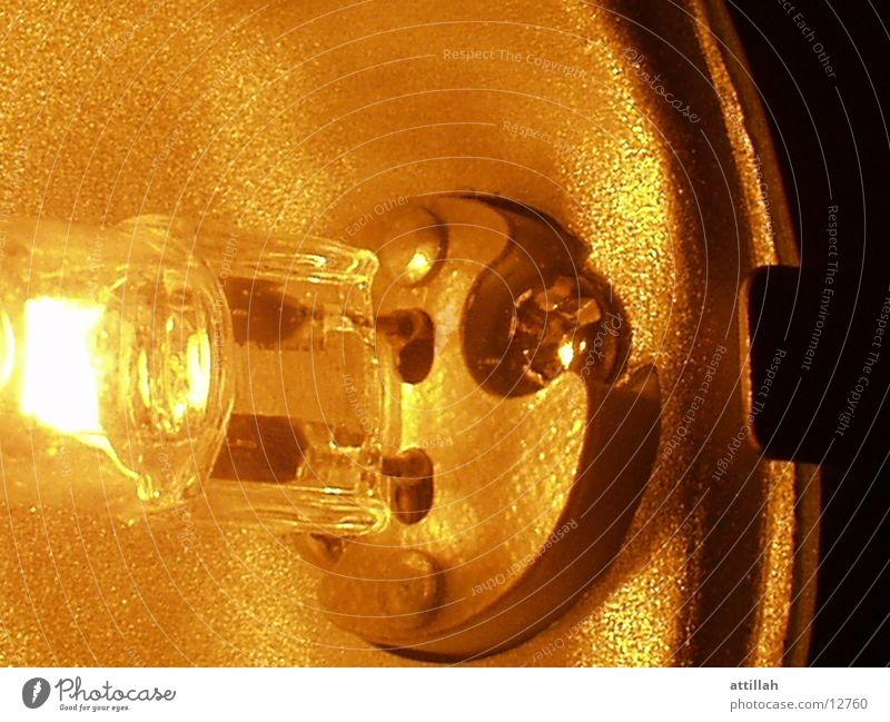 Lampe gelb hell nah Aluminium