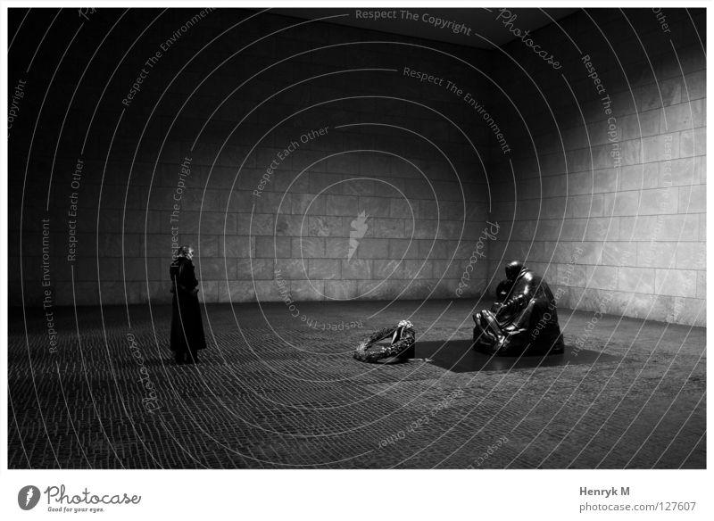 Neue Wache mit Frau Denkmal ruhig demütig Wahrzeichen Schinkel Berlin Raum