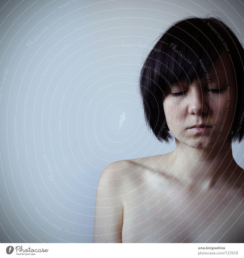no sense Frau Jugendliche ruhig Erwachsene nackt Gefühle Denken träumen Haut Junge Frau Konzentration brünett Charakter Dekolleté Schlüsselbein Nackte Haut