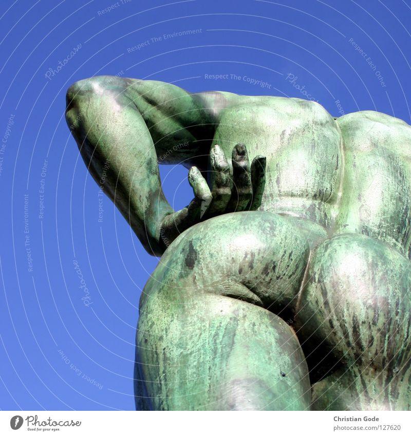 Eisenarsch Mann Hand Himmel grün blau Beine Kunst Arme Rücken Finger Gesäß Kultur Denkmal Skulptur Wahrzeichen Düsseldorf