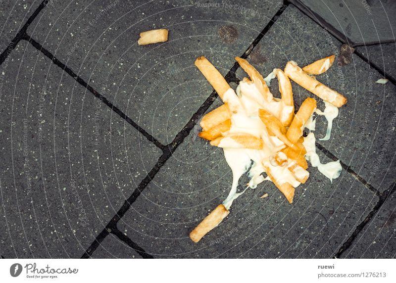 Streetfood Lebensmittel Pommes frites Mayonnaise Mittagessen Fastfood Fingerfood Gesunde Ernährung Mittagspause Bürgersteig Stein Beton Diät Essen trashig unten