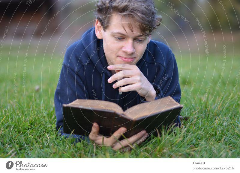 Am Anfang war das Wort Mensch Natur Jugendliche Junger Mann ruhig 18-30 Jahre Erwachsene Wiese Religion & Glaube liegen maskulin Zufriedenheit Freizeit & Hobby lernen Buch lesen