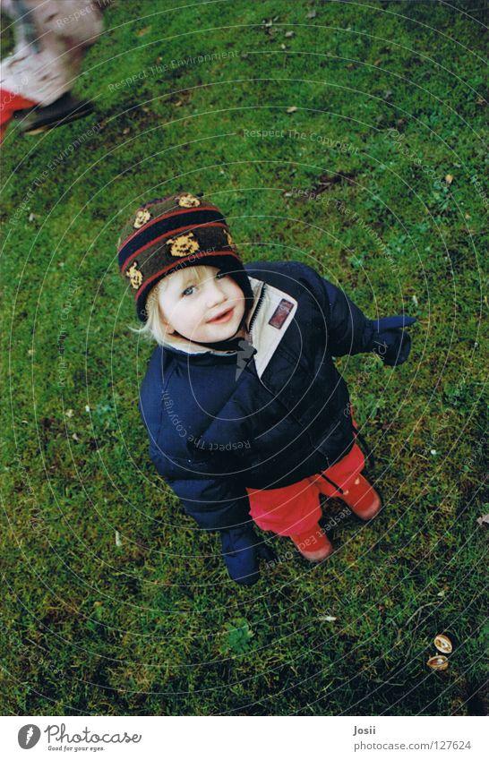 Spielende Kinder Freude lustig Rasen Freundlichkeit Mütze Kleinkind Schaukel Nachkommen Maria Gute Laune Nussschale rot-grün
