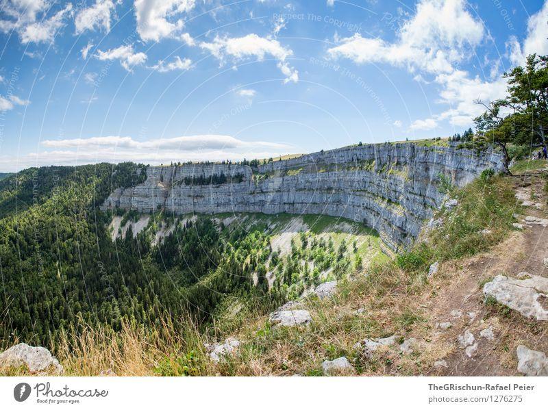 Creux du van Umwelt Natur Landschaft Urelemente Himmel Wolken Sommer blau braun grau grün schwarz weiß Wald creux du van Felsen beeindruckend Aussicht Ferne