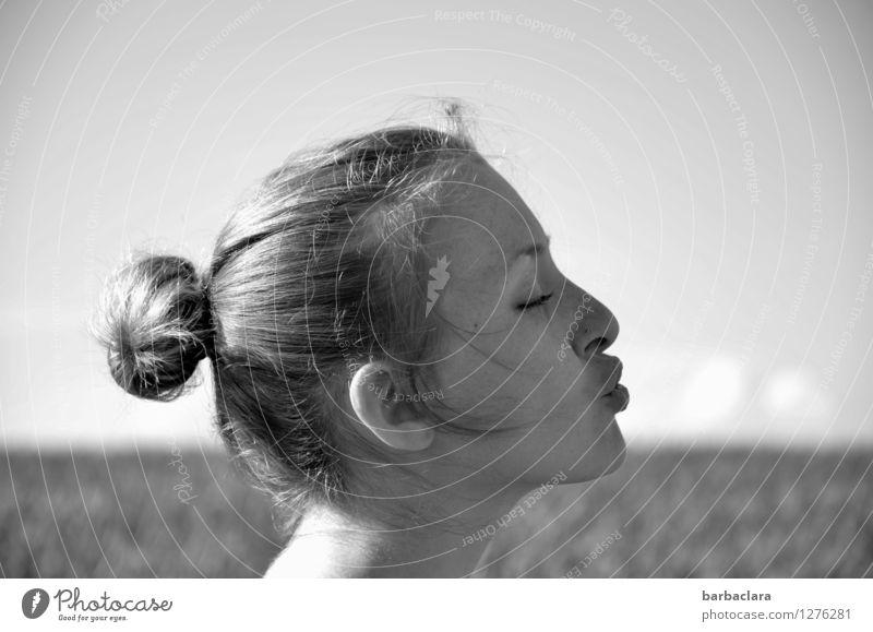 Die Wolken wegpusten Frau Himmel Natur Sommer Freude Erwachsene Umwelt feminin lustig Kopf Feld blond Kreativität Klima Schönes Wetter