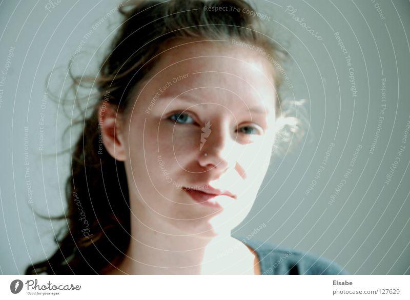 Flou Frau Porträt Pferdeschwanz Sonnenlicht Licht Lippen Leichtigkeit Sommer Nasenpiercing grau weiß Schwäche Gesicht Hals Haare & Frisuren Schatten Auge Locken