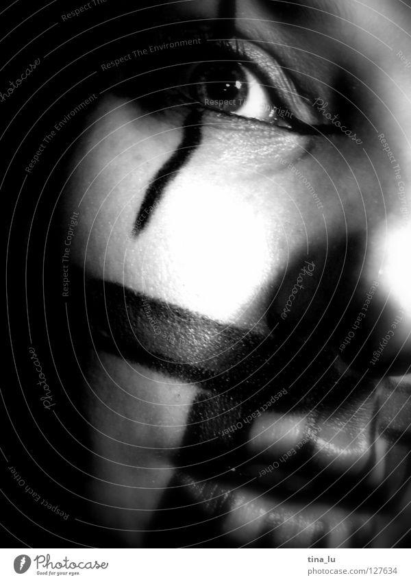 gezeichnet I Streifen Schminke Lippen Licht Angst Panik Schwarzweißfoto Kino Clown Gesicht Auge Mund Blick Schatten Theaterschauspiel