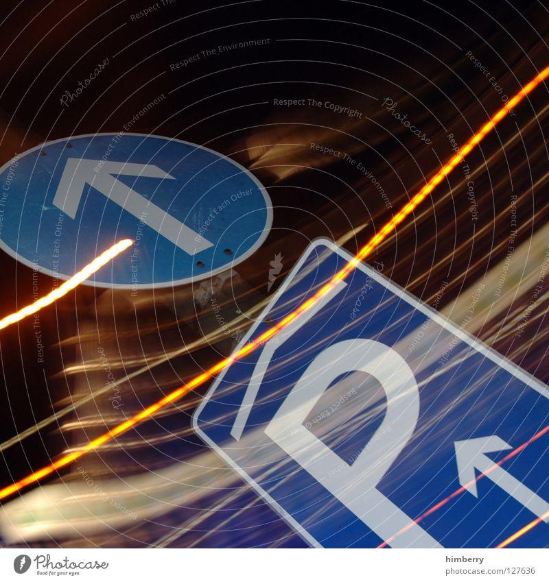 freiparken Lampe Stadtleben Blitze Zoomeffekt Belichtung Langzeitbelichtung Nacht Straßennamenschild Parkplatz Streifen Verkehr Straßenverkehr