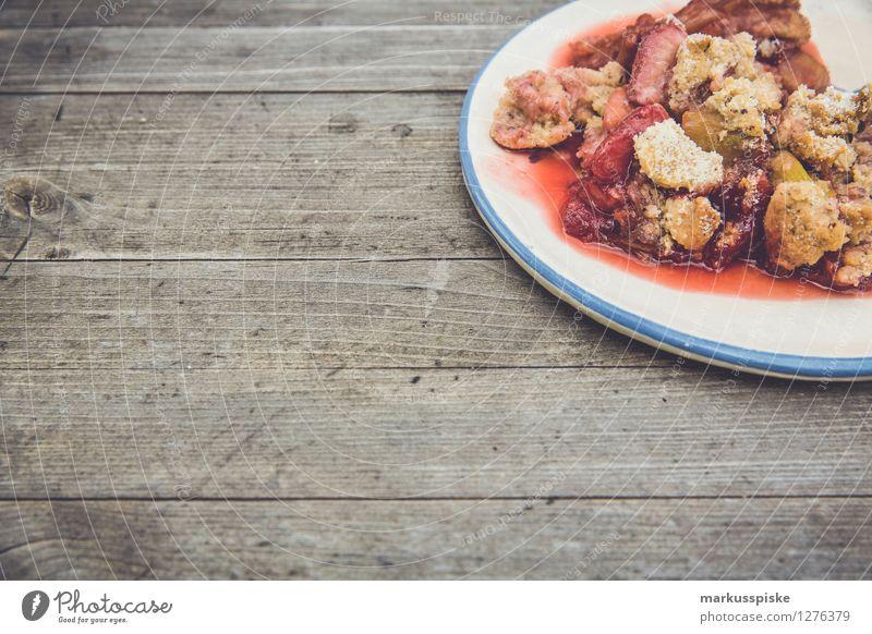 erdbeer rhabarber crumble Lebensmittel Dessert Erdbeeren Rhabarber Ernährung Essen Kaffeetrinken Büffet Brunch Festessen Picknick Bioprodukte