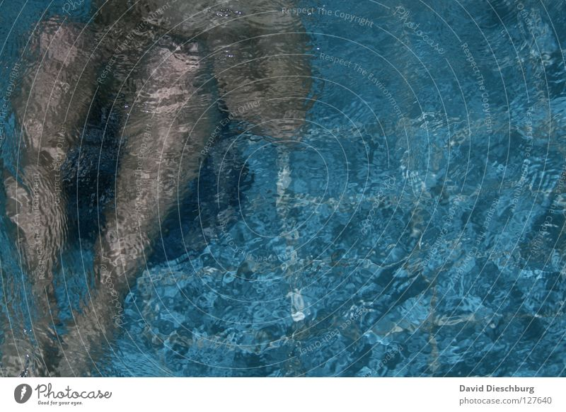 Cold water... Schwimmen & Baden einzeln Schwimmbad tauchen Wasseroberfläche anonym Bildausschnitt Anschnitt kopflos Wasserwirbel unkenntlich gesichtslos