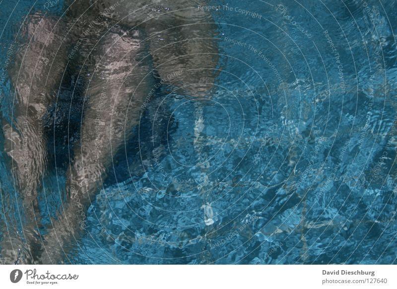 Cold water... Schwimmen & Baden tauchen Schwimmbad Wasseroberfläche Wasserwirbel Textfreiraum rechts 1 Mensch einzeln anonym Anschnitt Bildausschnitt kopflos