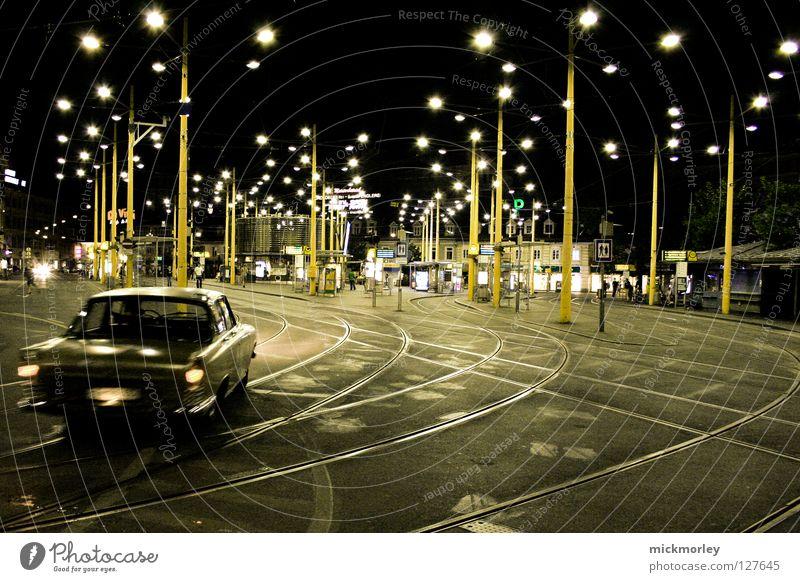 car chase city Straßenbahn Verkehrswege Asphalt Cowboy Laterne Busbahnhof Stoppschild Platz Treffpunkt dunkel führen Krimineller PKW Coolness smooth Linie lines