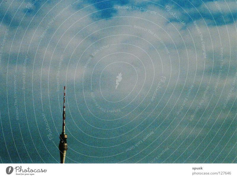 tour de télévision Himmel weiß blau ruhig Wolken Denkmal Wahrzeichen Schönes Wetter Fernsehturm Sonntag