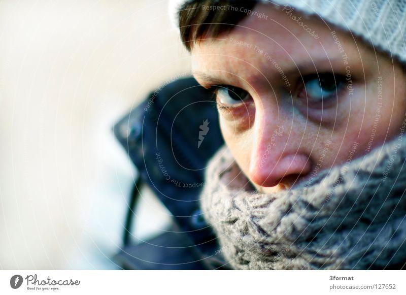 nochWinter Frau Porträt fixieren Blick ernst skeptisch Denken durchdringend abfällig Fragen Herbst kalt nass ungemütlich schlechtes Wetter Schal Mütze vermummen
