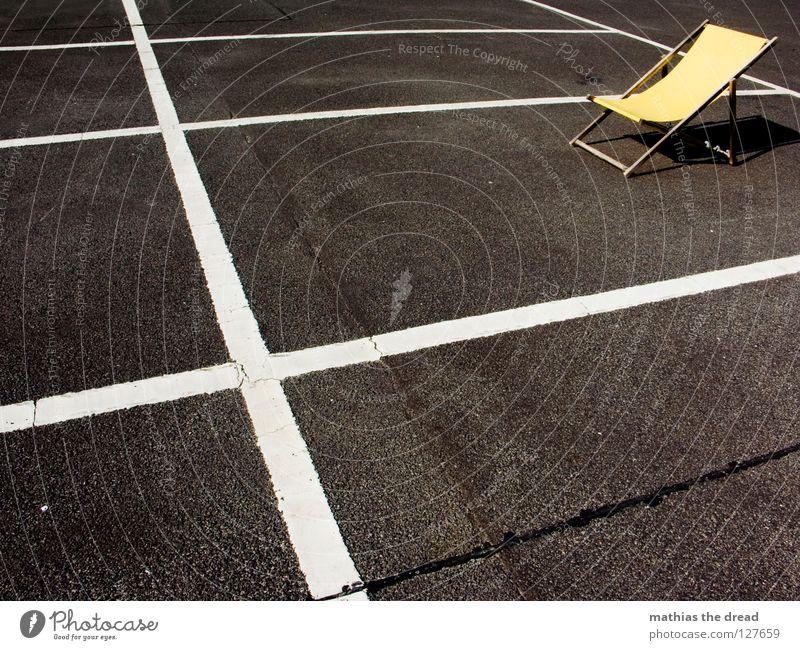 VERGESSEN Platz Strukturen & Formen Parkplatz Rechteck Streifen Asphalt Teer hart Pore schwarz Parkhaus Liegestuhl bequem Sommer Holz gelb Einsamkeit kalt