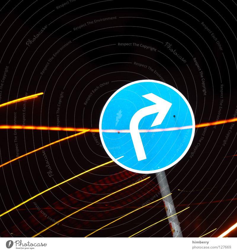 rechts lang Lampe Stadtleben Blitze Zoomeffekt Belichtung Langzeitbelichtung Nacht Straßennamenschild parken Parkplatz Streifen Verkehr Straßenverkehr