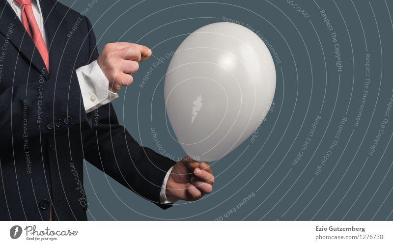 Ein Geschäftsmann sticht mit einer Nadel in einen Luftballon Büro Wirtschaft Business Mittelstand Karriere Erfolg Sitzung maskulin Hand 1 Mensch 30-45 Jahre