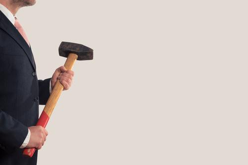 Ein Geschäftsmann mit einem Vorschlaghammer Arbeit & Erwerbstätigkeit Beruf Handwerker Büroarbeit Baustelle Wirtschaft Industrie Dienstleistungsgewerbe Börse