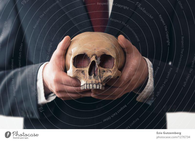 Geschäftsmann mit einem Totenkopf in den Händen Mensch Mann Hand Erwachsene Leben Senior Tod Hintergrundbild Kopf Business maskulin Angst gefährlich