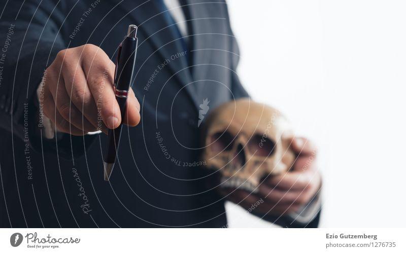 Geschäftsmann beim Vertragsabschluss mit Totenschädel Mensch alt Hand Erwachsene Senior sprechen Tod Hintergrundbild Kopf Business Arbeit & Erwerbstätigkeit