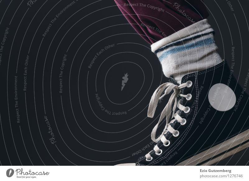 Tennissocken und Turnschuhe Mensch Stadt rot Freude schwarz Stil Beine Lifestyle Mode Stimmung Fuß Party Design Freizeit & Hobby elegant Musik