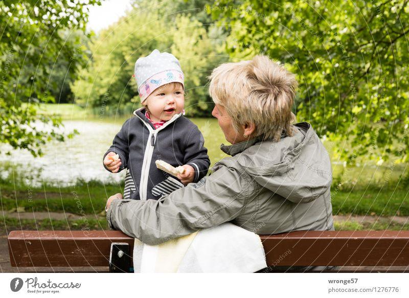Am Teich Mensch Frau Kind grün weiß Baum Erholung Mädchen Erwachsene gelb Senior feminin grau braun stehen Fröhlichkeit