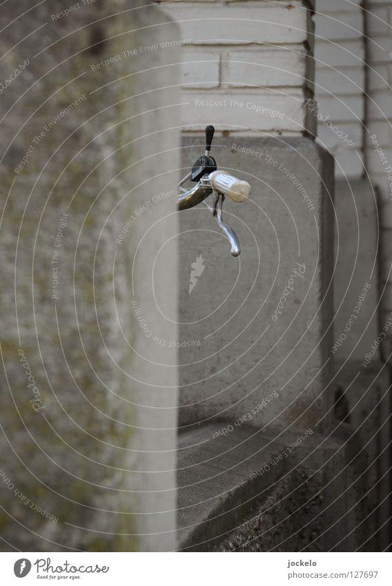 3 Gänge, mehr haste nich!? Fahrrad Siebziger Jahre Achtziger Jahre Beton Klapprad grau Wand Haus flau Müll Damenfahrrad Eingang Langeweile Spielen