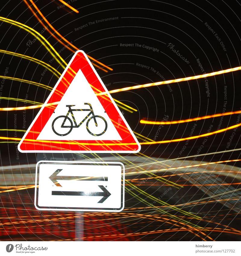 bikers crossing rot Lampe Fahrrad Schilder & Markierungen Verkehr Streifen Pfeil Stadtleben Blitze Verkehrswege Straßenverkehr Belichtung Dreieck Zoomeffekt