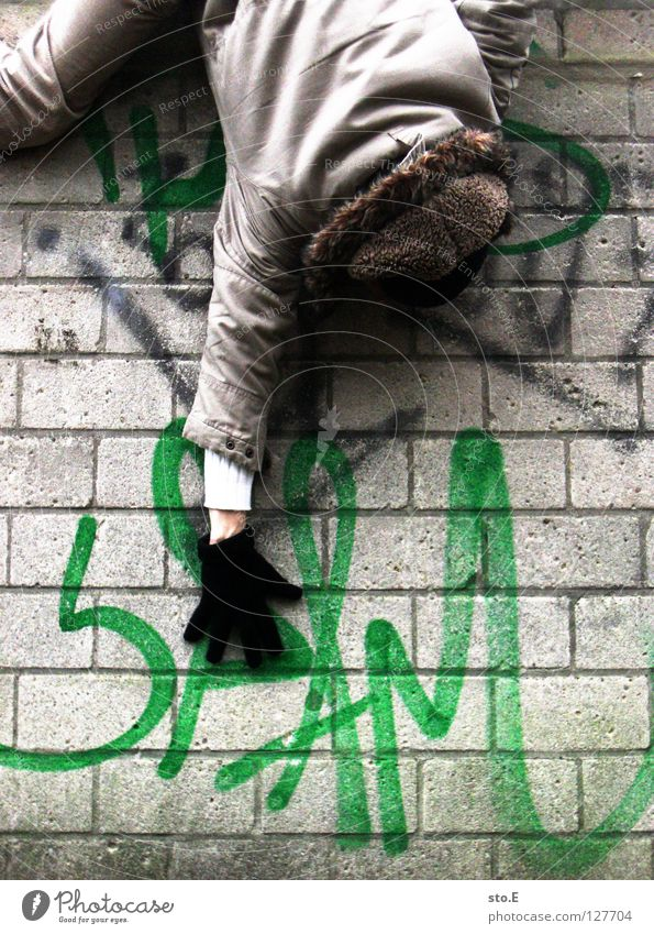 i spam you voll pt. 2 Kerl Mann Wand Mauer Glätte Spray Farbdose grün Aufschrift Wort E-Mail ungebeten nervig unabsichtlich hängen Mütze Handschuhe schwarz